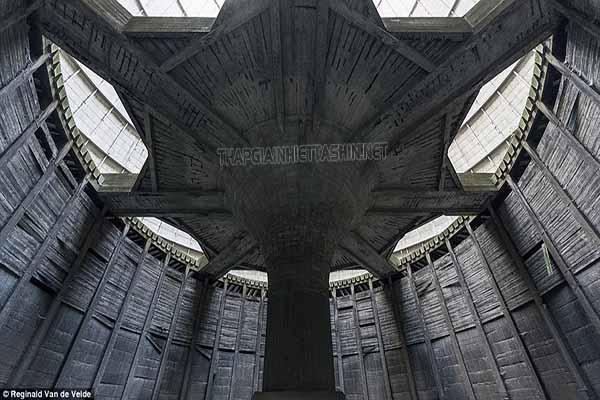 Sự đồ sộ của tháp giải nhiệt khiến người ta liên tưởng tới cảnh quay của một bộ phim viễn tưởng